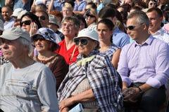 Fans, amantes de la ópera rusa e italiana los oyentes y los espectadores, visitantes abren a asistentes del festival de la ópera  Fotos de archivo