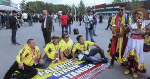 Fans antes del partido de fútbol almacen de metraje de vídeo