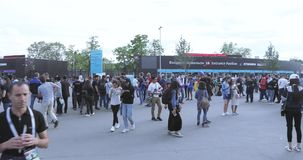 Fans antes del partido de fútbol almacen de video
