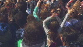 Fans applaudissant à la bande de musique pour Live Performing un concert sur l'étape dans l'arène ouverte banque de vidéos