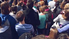 Fans applaudissant à la bande de musique pour Live Performing un concert sur l'étape dans l'arène ouverte clips vidéos