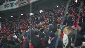 Fans av FC Spartak i premier leaguematchen är indignerade på domaren arkivfilmer