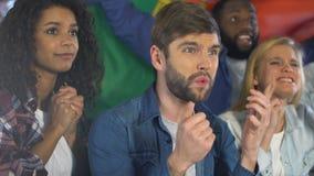 Fans con la bandera portuguesa decepcionada sobre el partido perdidoso del equipo nacional, liga almacen de metraje de vídeo