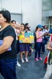 Fans con las banderas coloridas para Joseph Schooling, el primer medallista de oro olímpico del Singapur, Singapur 18 de agosto d Fotografía de archivo