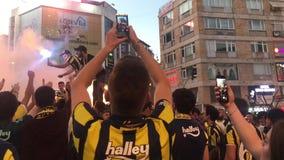 Fans de Fenerbahce que se divierten antes del partido metrajes