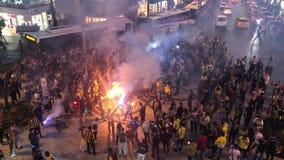 Fans de Fenerbahce que se divierten antes del partido almacen de metraje de vídeo