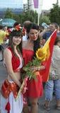 Fans de foot espagnols et ukrainiens non identifiés de fille devant l'UEFA Photo libre de droits