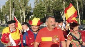 Fans de foot espagnols non identifiés avant match de l'EURO 2012 de l'UEFA dedans Images libres de droits