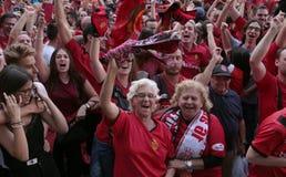 Fans de foot de Majorque pendant le jeu de promotion sur l'écran géant au loin image libre de droits