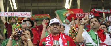 Fans de foot non identifiés du Portugal avant l'EURO 2012 de l'UEFA Images libres de droits