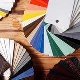 Fans de la guía de la paleta de colores en la tabla de madera Imágenes de archivo libres de regalías