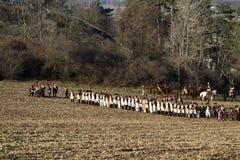 Fans de la historia en trajes militares en campo de batalla Imagen de archivo