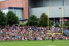 Fans de los New England Patriots en el campo de entrenamiento Foto de archivo libre de regalías