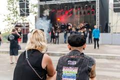 Fans de metales pesados que miran la etapa el festival del aire abierto de Metalshow en Latvi foto de archivo libre de regalías