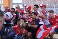 fans de Perú y de Dinamarca foto de archivo libre de regalías