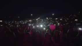 Fans de personnes de sort avec des lampes-torches sur les mains de ondulation de téléphone portable et apprécier l'art musical pe banque de vidéos