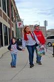 Fans de Red Sox cerca de Fenway Park en Boston, Fotos de archivo libres de regalías