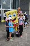 Fans de tenis australianas tomadas imágenes con SpongeBob SquarePants durante Abierto de Australia 2016 en el centro australiano  Foto de archivo