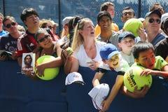 Fans de tenis de Rafael Nadal que esperan autógrafos en Billie Jean King National Tennis Center en Nueva York Imagen de archivo libre de regalías