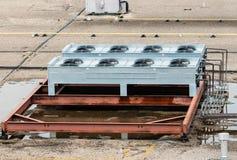 Fans de ventilación en el top del tejado plano fotos de archivo
