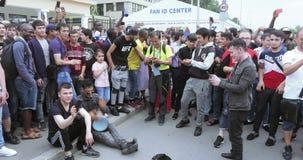 Fans del baile en el círculo de espectadores almacen de metraje de vídeo