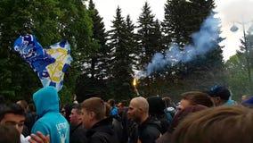 Fans del club del fútbol de Zenit acompañado por la policía antidisturbios durante un paso brillante colorido Cierre de la estaci almacen de video