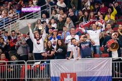 Fans del equipo Eslovaquia, durante juego entre el equipo Letonia y el equipo Eslovaquia foto de archivo libre de regalías