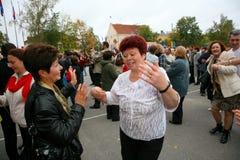 Fans der populären Sternzuhörer, die ein freies Straßenkonzert Bravo applaudieren, tanzen und sich freuen Stockfotos