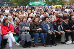 Fans der populären Sternzuhörer, die ein freies Straßenkonzert Bravo applaudieren und sich freuen Lizenzfreies Stockfoto