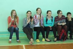 Fans in der Schulturnhalle Stockfotos