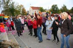 Fans des populären Sternes, der Erwachsenen und der Kinderzuhörer, die ein freies Straßenkonzert Bravo applaudieren, sich freuen  Stockfoto