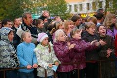Fans des populären Sternes, der Erwachsenen und der Kinderzuhörer, die ein freies Straßenkonzert Bravo applaudieren, sich freuen  Stockbild
