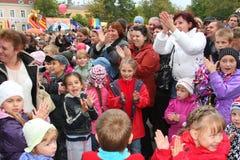 Fans des populären Sternes, der Erwachsenen und der Kinderzuhörer, die ein freies Straßenkonzert Bravo applaudieren und sich freu Lizenzfreies Stockbild