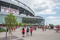 Fans devant le champ d'autorité de sports Photos libres de droits