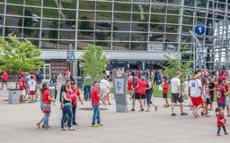 Fans devant le champ d'autorité de sports Photographie stock