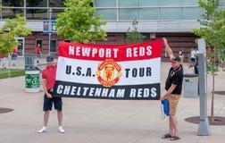 Fans devant le champ d'autorité de sports Image stock