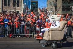 Fans, die für Super Bowl-Maskottchen zujubeln Lizenzfreie Stockfotografie
