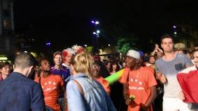 Fans, die Platz Austerlitz-Qualifikationssieg von Frankreich für abschließende FIFA tanzen stock footage