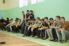 Fans en el gimnasio de la escuela Foto de archivo