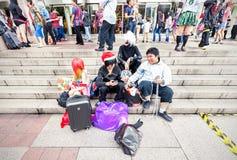 Fans en los trajes que esperan abriendo la fiesta cómica 2014 Imagen de archivo libre de regalías