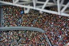Fans en stade de football dans Munichmade de bloc en plastique de lego Image libre de droits