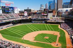Free Fans Enjoy A Sunny Day At Target Field Stock Photo - 184402950