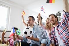 Fans enthousiastes du football célébrant le match de gain Photo stock