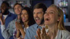 Fans entusiastas jovenes que disfrutan del partido, celebrando la victoria del equipo, logro almacen de metraje de vídeo