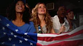 Fans entusiastas que animan durante un partido de deportes