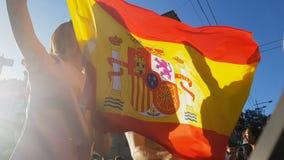 Fans españolas que saltan con la bandera, celebrando la victoria del equipo de fútbol nacional almacen de video