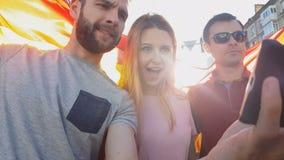 Fans españolas que toman el selfie con la celebridad del deporte en la calle después de ganar el partido metrajes