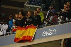 Fans españoles que celebran el triunfo de Rafael Nadal del campeón del US Open 2013 contra Novak Djokovic después de partido final Fotos de archivo