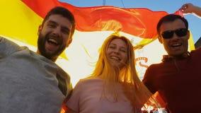 Fans españoles que saludan el partido, el turismo y la ayuda que ganan del equipo nacional almacen de video