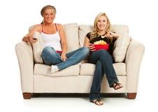 Fans : Femmes reposant et regardant la TV Photos stock